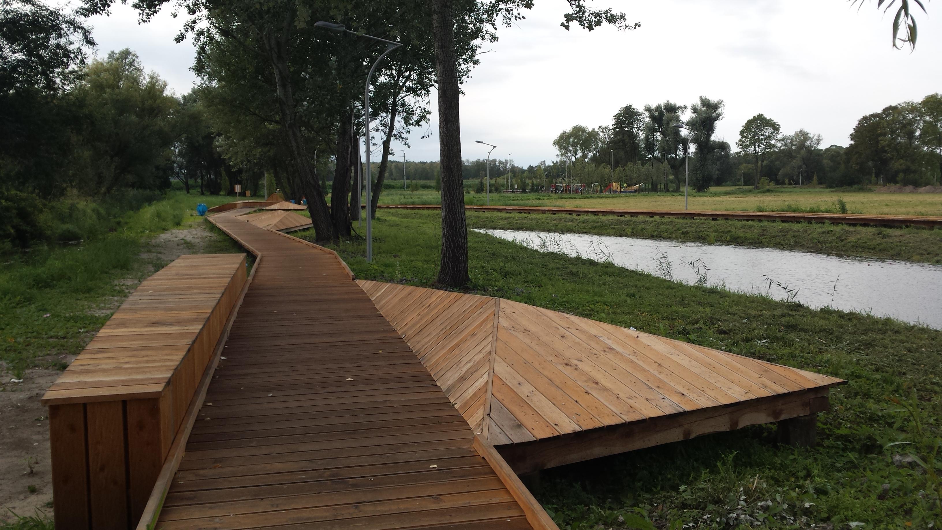 Mała architektura i zieleń wzdłuż rzeki Tarczynki w Drozdach